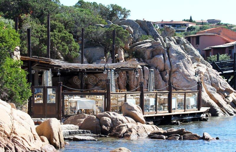 Oporto Cervo, Sardegna, Italia - un ristorante di lusso nella costa di Oporto Cervo immagini stock libere da diritti