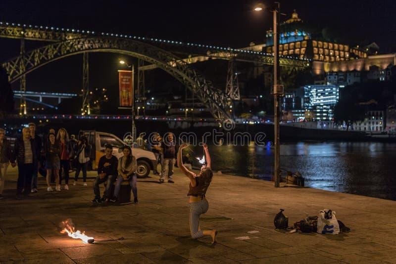 Oporto 29 de septiembre de 2018: Representación de la muchacha en el cuadrado con el fuego, cerca del puente del San Luis en la c fotografía de archivo libre de regalías