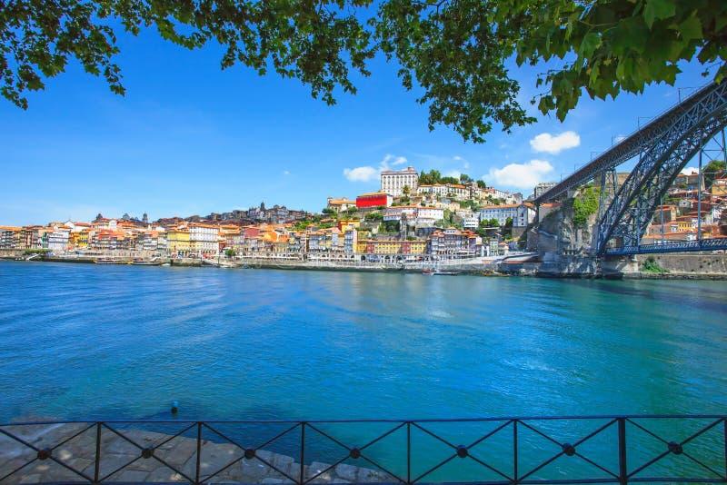 Oporto eller Porto horisont, den Douro floden och stryker överbryggar. Portugal Europa. arkivbilder