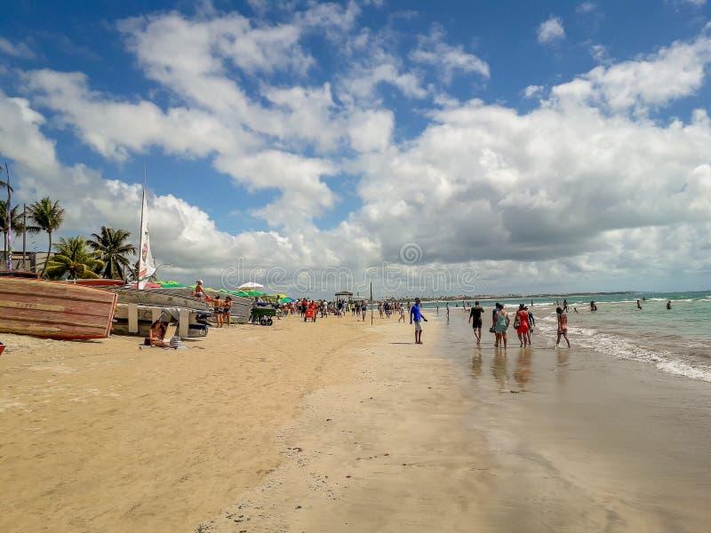 Oporto Galinhas, Pernambuco, el Brasil, marzo 16,2019: Día soleado en la playa de Oporto Galinhas, gente que goza del sol, fotografía de archivo