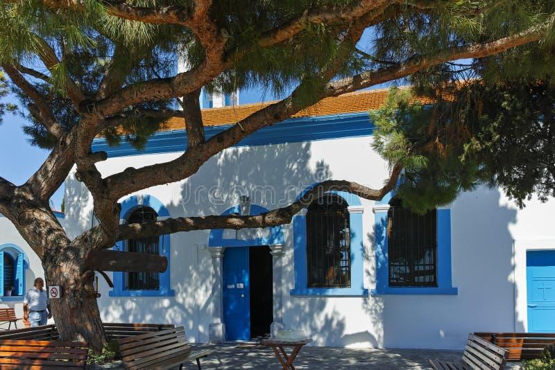 OPORTO LAGOS, GRECIA - 23 SETTEMBRE 2017: San Nicholas Monastery situato su due isole a Oporto Lagos, Grecia fotografie stock