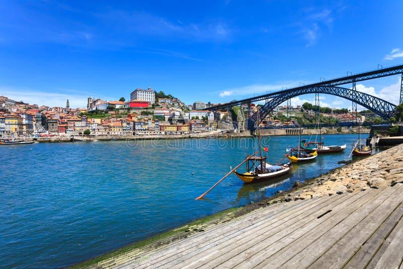 Oporto lub Porto linia horyzontu Douro rzeka, łodzie i żelazo most. Portugalia, Europa. fotografia royalty free