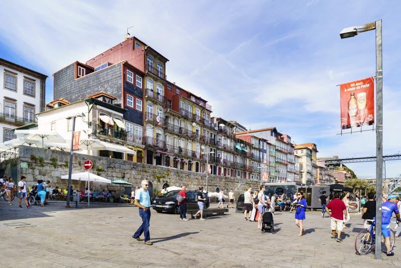 Oporto, Portogallo 12 agosto 2017: La plaza sulle banche dell'estuario del fiume Duero ha chiamato Casi da Estiva con lo stro di  immagini stock libere da diritti