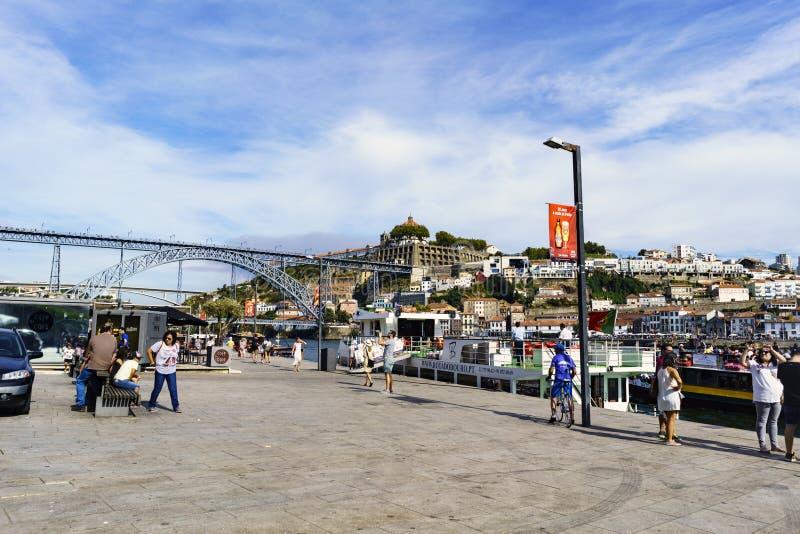 Oporto, Portogallo 12 agosto 2017: La vista del quadrato ha chiamato Casi da Estiva sulle banche del fiume Duero con il ponte di  fotografie stock