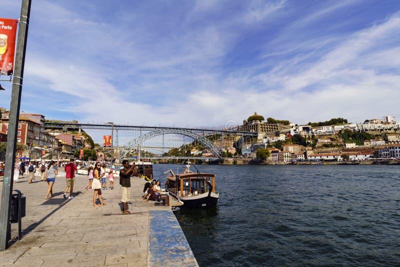 Oporto, Portogallo 12 agosto 2017: La vista del quadrato ha chiamato Casi da Estiva sulle banche del fiume Duero con il ponte di  immagini stock libere da diritti