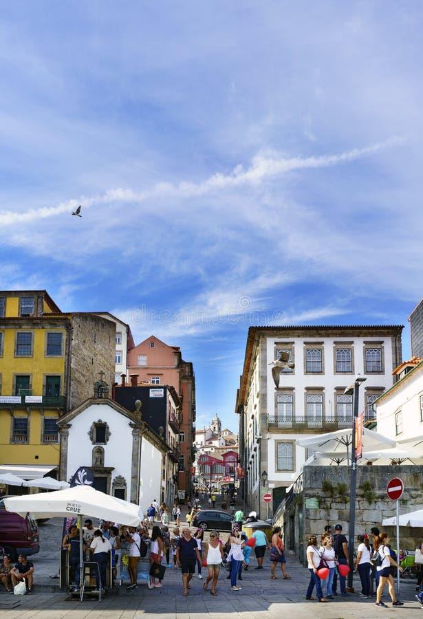 Oporto, Portogallo 12 agosto 2017: la vista della via ha chiamato Terreiro dal quadrato chiamato Casi da Estiva con i terrazzi de fotografia stock