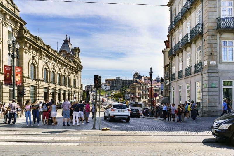 Oporto, Portogallo 12 agosto 2017: Plaza de Almeida Garret nel centro del Portogallo, con il façade del tra famoso di San Benito fotografia stock