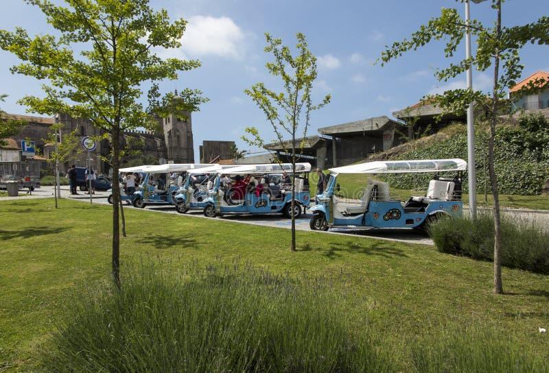 Oporto, Portogallo, il 15 giugno 2018: Molti taxi Tuk Tuk con wh tre fotografia stock libera da diritti