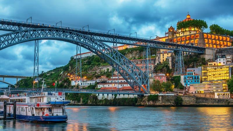 Oporto, Portogallo: il ponte di Dom Luis I e il Serra fanno Pilar Monastery dal lato di Vila Nova de Gaia fotografia stock libera da diritti