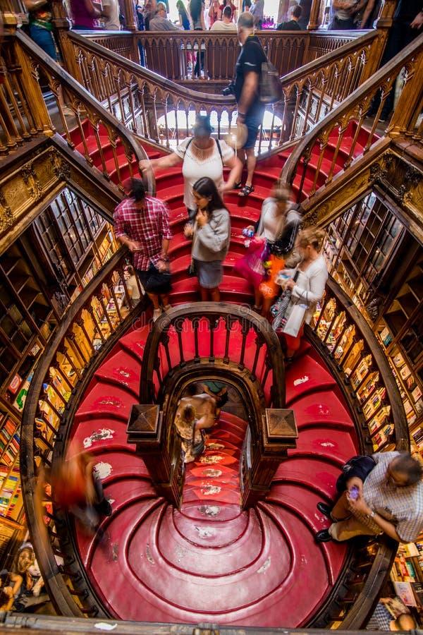Oporto, Portogallo - 8 luglio 2017 Vista dell'angolo alto delle scale nella libreria Livraria Lello immagine stock libera da diritti