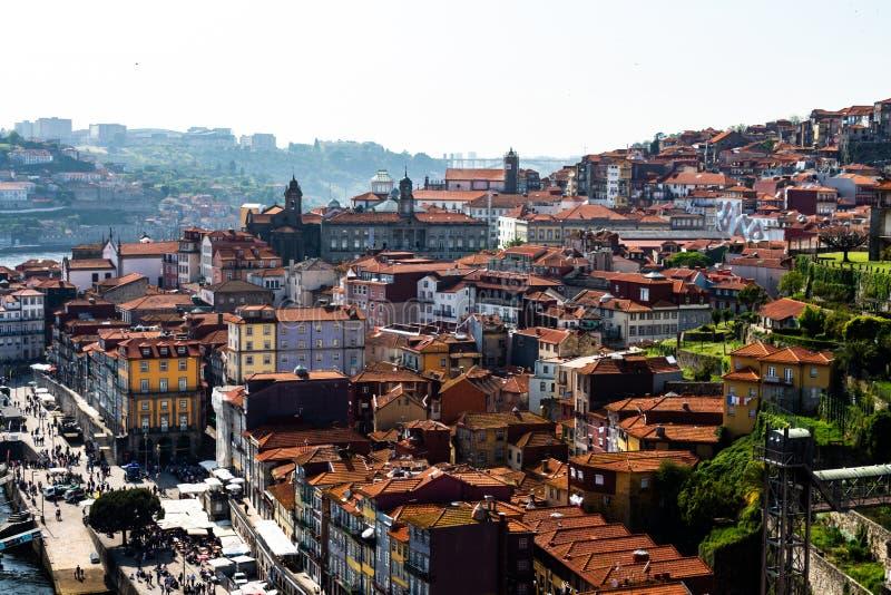 Oporto, Portogallo 8 maggio 2018 Vista dalla cima dei tetti della città di Oporto Tetti delle mattonelle rossastre immagini stock libere da diritti