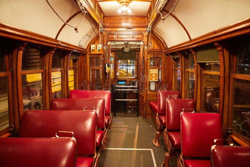 Oporto, Portogallo - vista del primo piano di un tram portoghese giallo tradizionale Interno di vecchio elevatore famoso # 28 fotografia stock libera da diritti