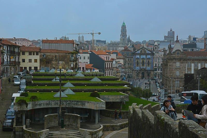 Oporto, Portogallo: vista del punto di vista mercato della stazione ferroviaria del sao di pesce fresco di bento, di San Sebastia immagine stock libera da diritti