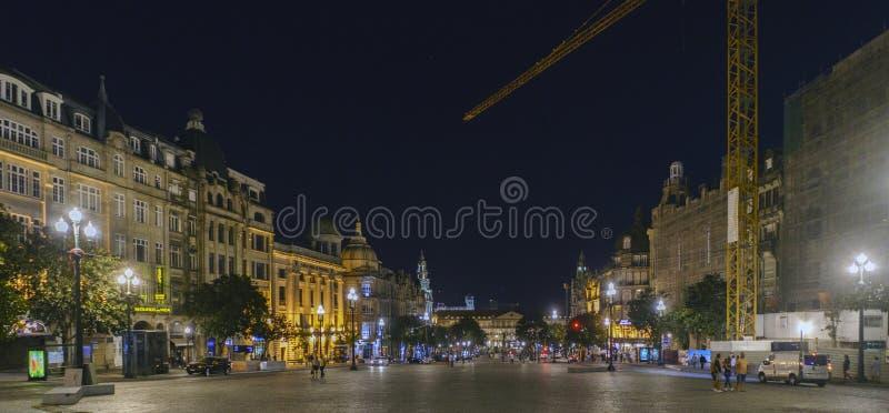 Oporto, Portugal 12 de agosto de 2017: Noche panorámica de la plaza de la Libertad en el área más majestuosa de la ciudad con el  imagen de archivo
