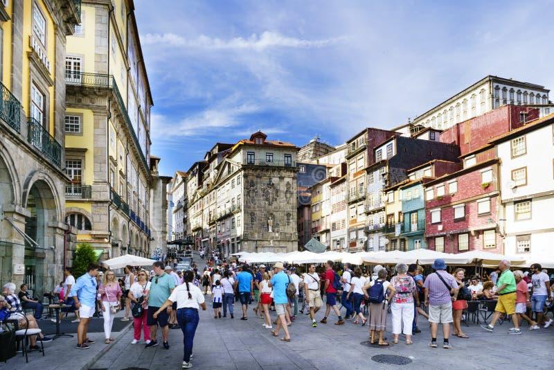 Oporto, Portugal 12 de agosto de 2017: Plaza al lado del estuario del río del Duero en la ciudad con las terrazas de barras y muc imagenes de archivo
