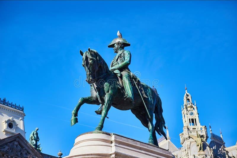 Oporto, Portugal 9 de diciembre de 2018: monumento a rey Dom Pedro IV en la plaza de la Libertad en el cuarto histórico y majestu foto de archivo