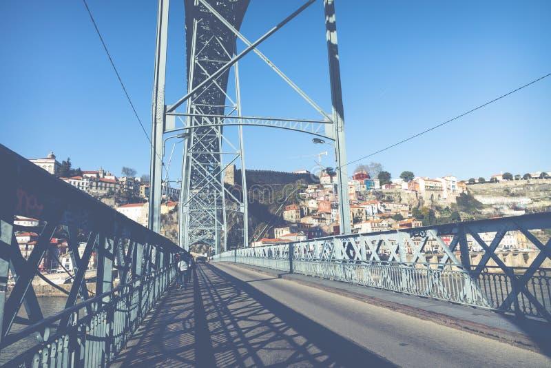 OPORTO, PORTUGAL - 18 DE ENERO DE 2018: Vista de la ciudad histórica de Oporto, Portugal con el puente de Dom Luiz fotografía de archivo libre de regalías
