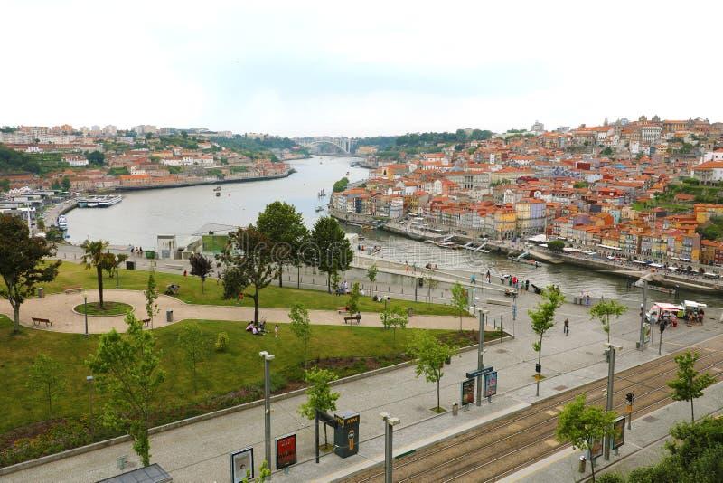 OPORTO, PORTUGAL - 20 DE JUNIO DE 2018: hermosa vista de la ciudad de Oporto y de la ciudad Vila Nova de Gaia con el río del Duer imágenes de archivo libres de regalías