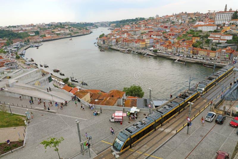 OPORTO, PORTUGAL - 21 DE JUNIO DE 2018: opinión aérea hermosa de Oporto con el paso del río y de la tranvía del Duero imagen de archivo
