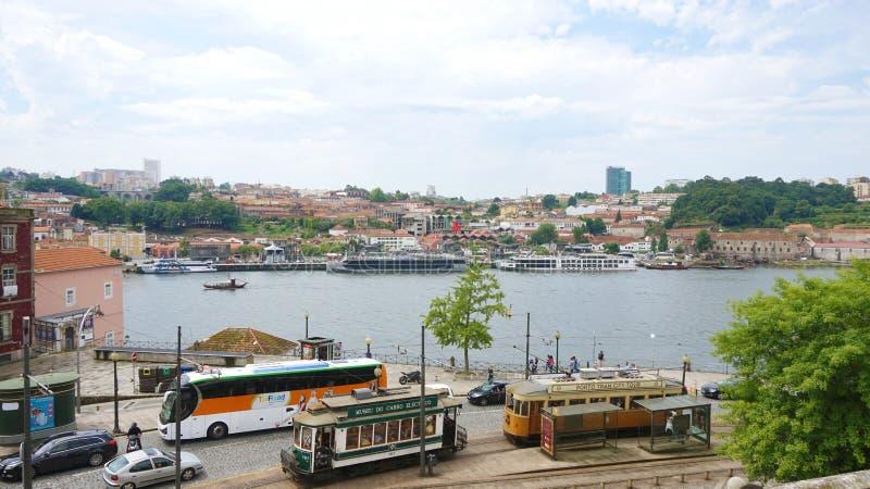 OPORTO, PORTUGAL - 21 DE JUNIO DE 2018: Paisaje urbano de Oporto con el río del Duero y las tranvías viejas foto de archivo libre de regalías