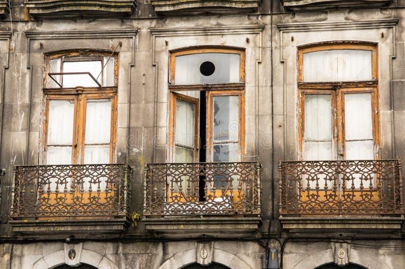OPORTO, PORTUGAL - 5 DE JUNIO DE 2017: Un balcón viejo con rejilla del metal fotos de archivo
