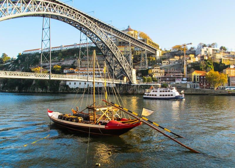 Oporto/Portugal - 27 de noviembre de 2010: Panorama de la ciudad, del puente metálico de Dom Luis sobre el río del Duero y del ba foto de archivo libre de regalías