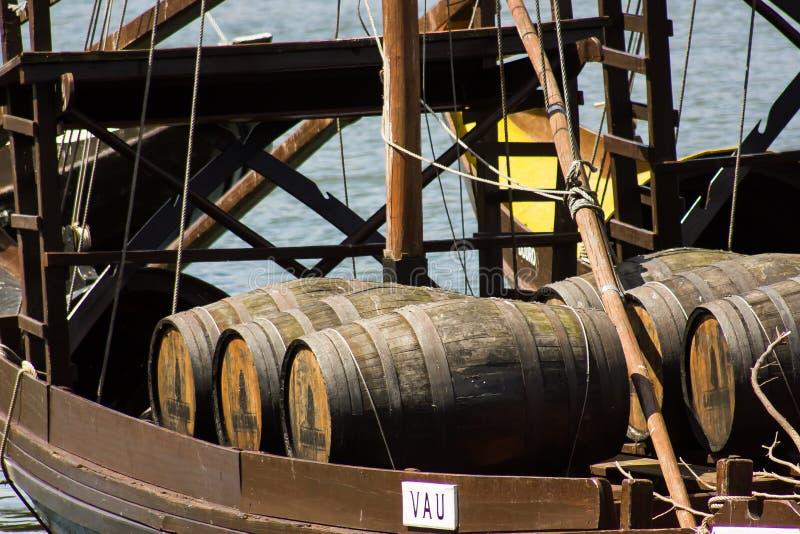 Oporto, Portugal: Detail von rabelo Boot mit Fässern Portwein lizenzfreies stockbild