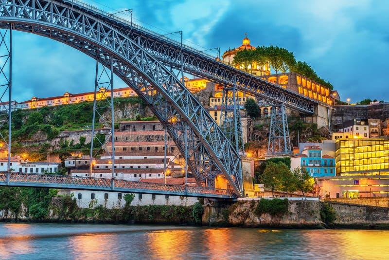 Oporto, Portugal: el puente de Dom Luis I y el Serra hacen a Pilar Monastery en el lado de Vila Nova de Gaia imagen de archivo
