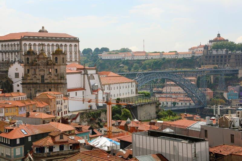 Oporto, Portugal Paisaje urbano de la ciudad vieja con los tejados tejados, puente de Ponte Dom Luis I, santo Lawrence Church Igr imagen de archivo