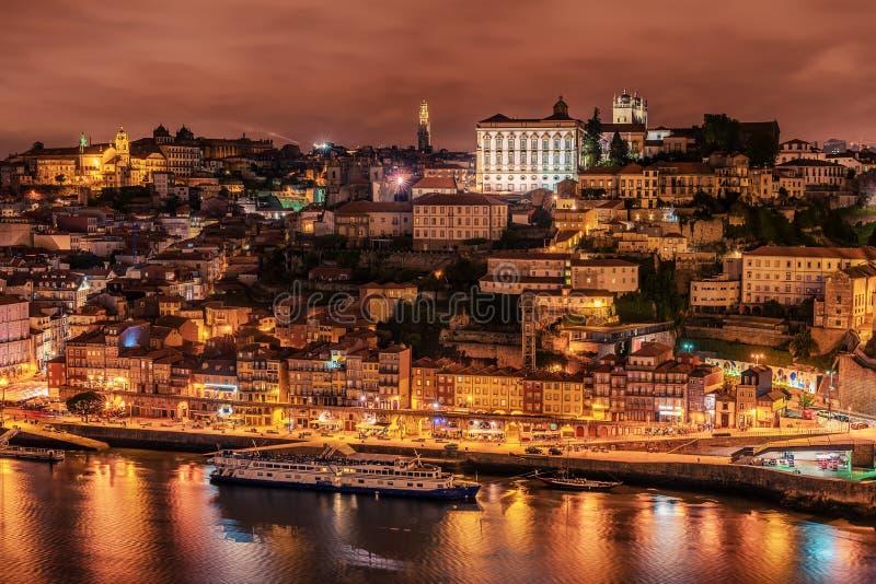 Oporto, Portugal: vista aérea de la ciudad y del río viejos del Duero foto de archivo