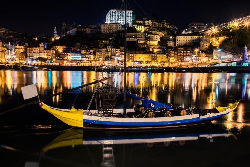 Oporto, Portugal Vista de la ciudad vieja Paisaje urbano de la noche, Pasillo Río del Duero con los barcos tradicionales de Rabel foto de archivo