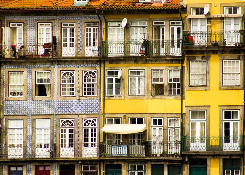 Oporto, Portugalia: antyczni balkony i okno w Cais Ribeira (molo) obrazy stock
