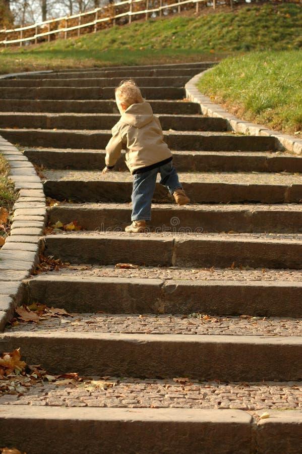 Oportunidades de la carrera. El niño va arriba. fotografía de archivo
