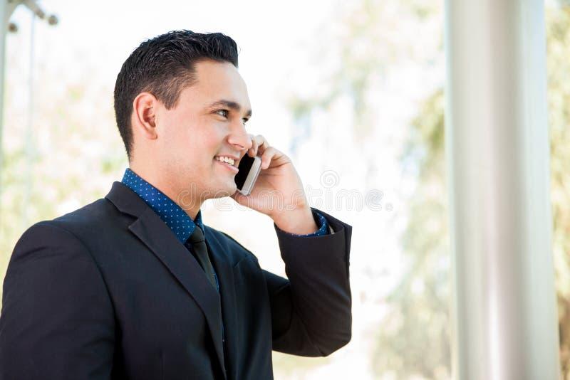 Opowiadać na telefonie przy pracą obrazy stock
