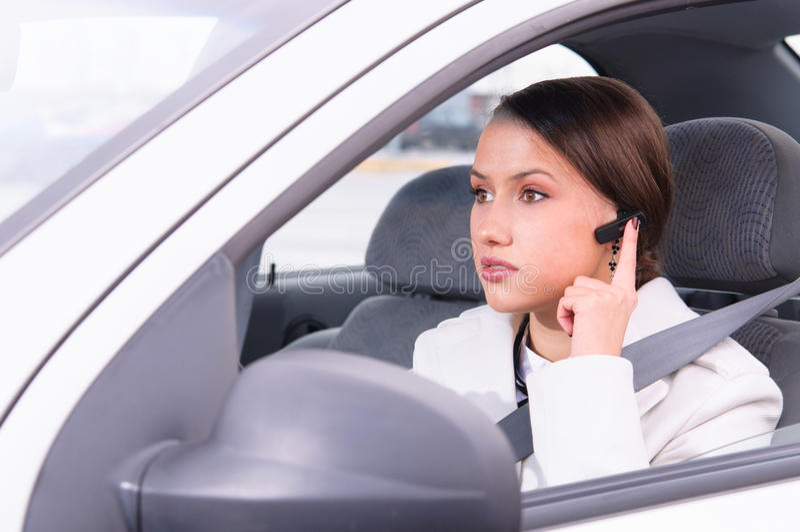Opowiadać telefon w samochodzie używać słuchawki zdjęcie stock