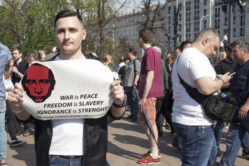 Opozycja zwolennicy na Pushkin kwadracie podczas opozycja protesta zbierają naprzeciw prezydenta Vladimir ` s Putinowskiej inaugu zdjęcia stock