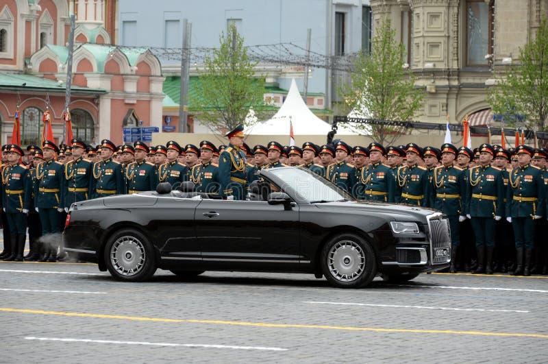 Opperbevelhebber van de Landkrachten van het Russische Federatieleger Algemeen Oleg Salyukov op de auto 'Aurus ' royalty-vrije stock foto