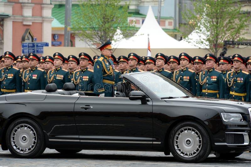Opperbevelhebber van de Landkrachten van het Russische Federatieleger Algemeen Oleg Salyukov op de auto 'Aurus ' stock fotografie
