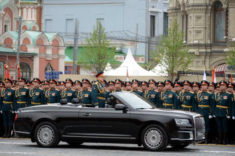 Opperbevelhebber van de Landkrachten van het Russische Federatieleger Algemeen Oleg Salyukov op de auto 'Aurus ' royalty-vrije stock foto's