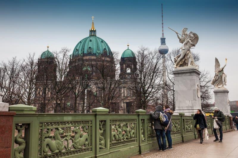 Opperste Parochie en Collegiale Kerk of ook geroepen die Berlin Cathedral van de Schloss-Brug in een koud eind van de winterdag w royalty-vrije stock afbeelding