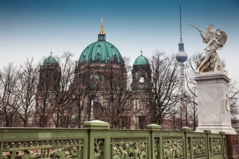 Opperste Parochie en Collegiale Kerk of ook geroepen die Berlin Cathedral van de Schloss-Brug wordt gezien stock fotografie