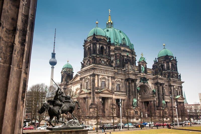 Opperste Parochie en Collegiale Kerk of ook geroepen die Berlin Cathedral van het Altes-Museum wordt gezien stock afbeeldingen