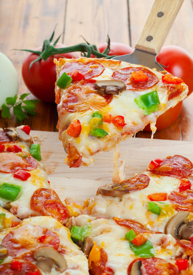 Opperste pizza stock afbeelding