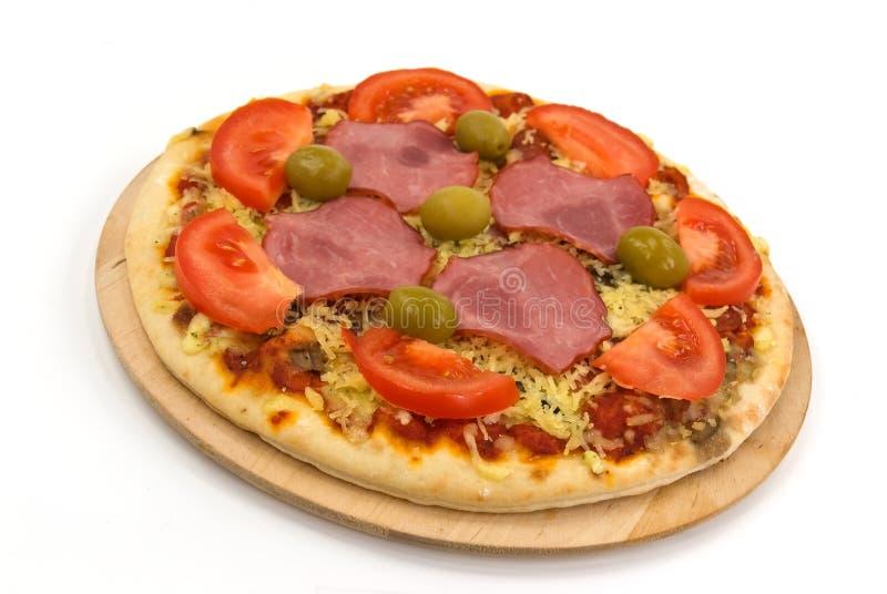 Opperste Pizza met Salami, Olijven, Kaas, paddestoelen stock afbeeldingen