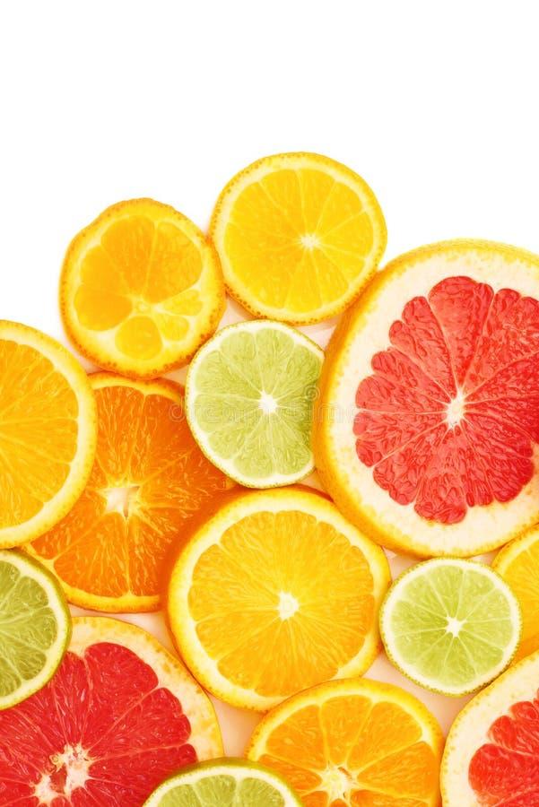 Oppervlakte met citrusvrucht gesneden vruchten over wit geïsoleerde achtergrond wordt behandeld die royalty-vrije stock afbeelding