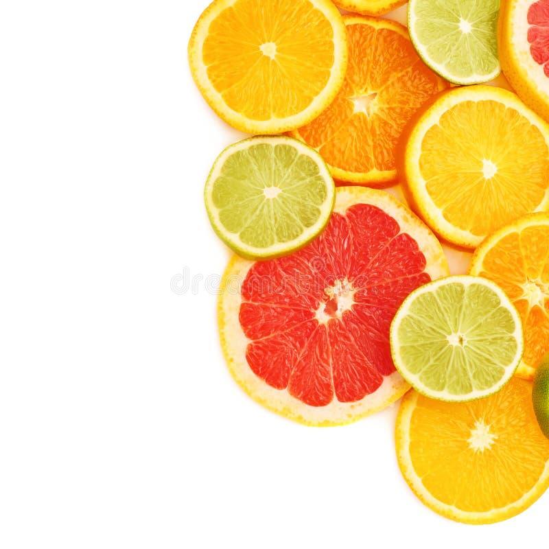 Oppervlakte met citrusvrucht gesneden vruchten over wit geïsoleerde achtergrond wordt behandeld die stock afbeeldingen