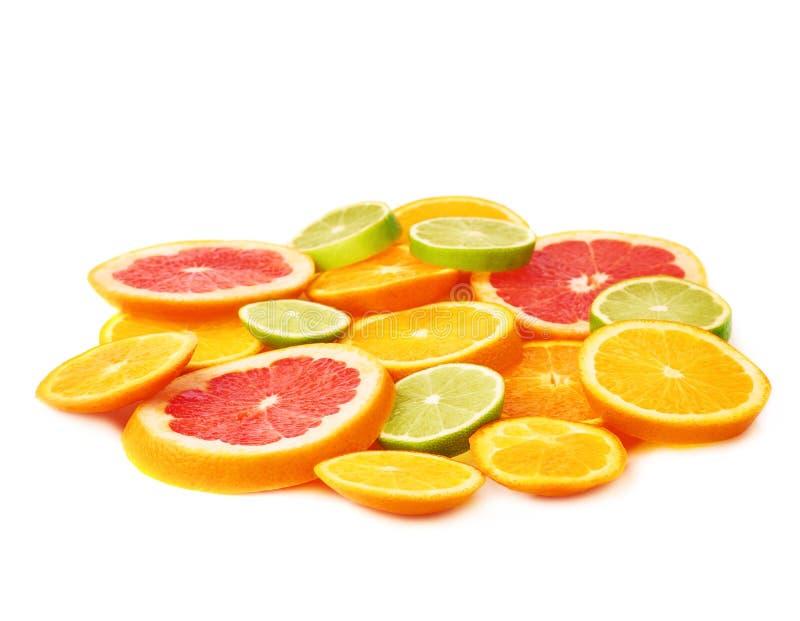 Oppervlakte met citrusvrucht gesneden vruchten over wit geïsoleerde achtergrond wordt behandeld die stock foto