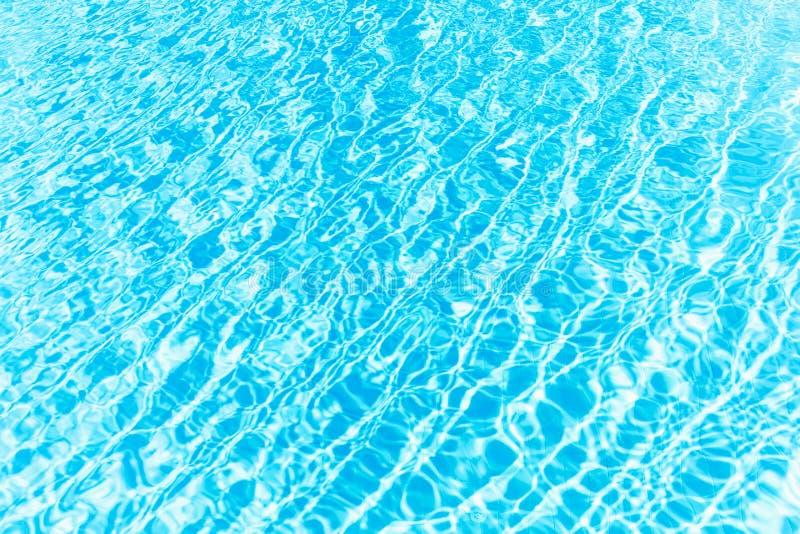 Oppervlakte van de blauwe glanzende rimpeling van het zwembadwater royalty-vrije stock fotografie