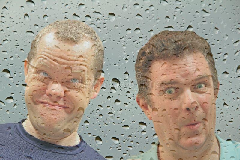 Opportunistes à la fenêtre photos stock