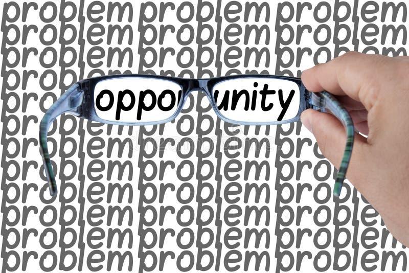 Opportunità macchiata fra le mani di problemi che tengono i vetri che mettono a fuoco sulla parola di opportunità Immagine di con immagine stock libera da diritti